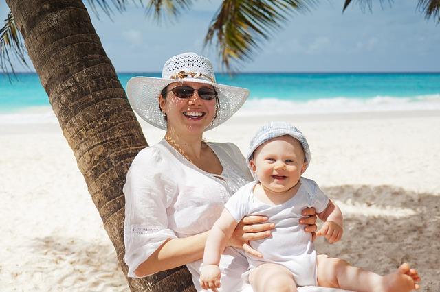 batole na pláži s matkou